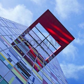 architektur - farbige fassade an einem hochhaus im medienhafen