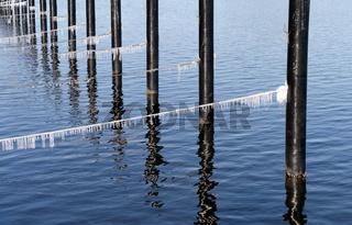 leerer Hafen im Winter