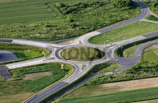 Luftbild eines Kreisverkehrs mit sechs Strassen