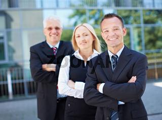 Business-Team vor Büro
