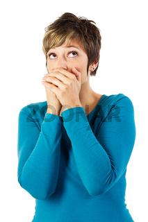 Frau mit den Händen vor dem Mund