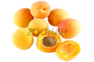 Sieben Aprikosen - eine im Querschnitt - freigestellt