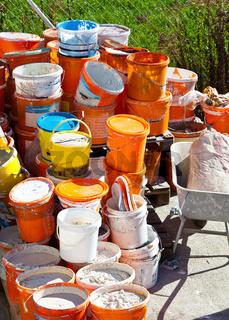 Farbkübel nach einer Renovierung