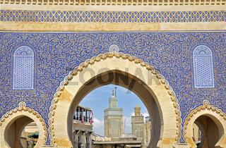 Torbogen des Bab Boujeloud mit Durchblick auf Minarette von Moscheen, Fes, Marokko, Afrika