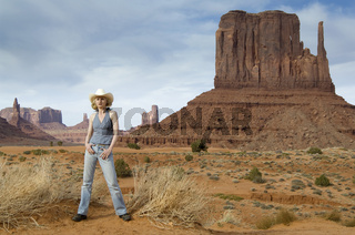 Blonde Frau in Moument Valley als Cowgirl