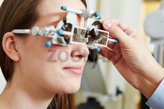 Augenoptiker bestimmt Glasstärke für Brille