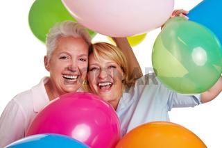 Jubelnde Frauen mit Luftballons