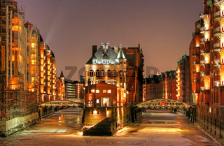 Nachts in der Speicherstadt Hamburg im Winter bei Eis und Schnee; winter night in the famous Speicherstadt, Hamburg
