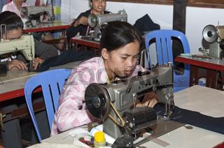 Näherin in einer Schneiderei, Kambodscha