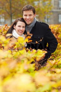Paar im herbstlichen Park