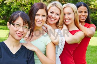 Team von jungen Frauen draußen in der Natur