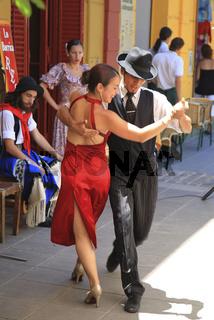 Tangotänzer in einem Freiluftrestaurant in der Calle Necochea in El Caminito