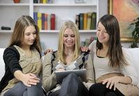 drei junge Frauen mit Tablet-PC