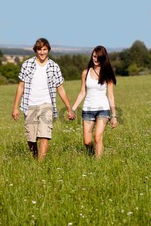 junges verliebtes paar glücklich auf einer wiese im freien