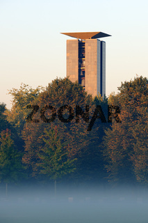 Carillon, Glockenturm im Tiergarten Berlin, bei Sonnenaufgang un