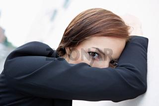 Frau versteckt sich hinter Arm