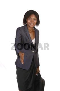 Afrikanische Geschäftsfrau gibt Hand zur Begrüßung