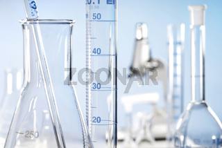 Blick in ein Labor mit Erlenmeyer-Kolben