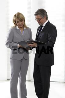 Bürokollegen treffen sich