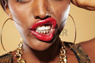 Afrikanerin fletscht ihre Zähne