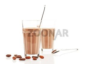 schokoladen milch vor anderer schokomilch mit schokoladen bohnen