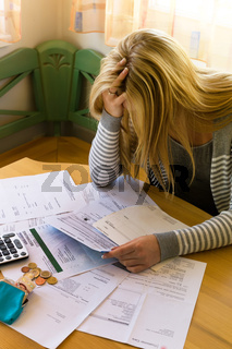 Frau mit offenen Rechnungen und Schulden