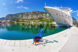 cruise ship in the por