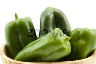 Grüne Paprika in Holzkiste