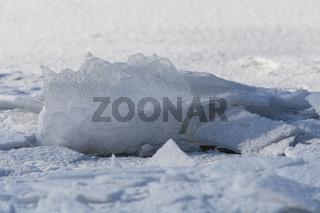 Aufgeschwemmte Eisplatten auf einem Fluß