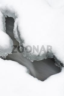 stroemendes Wasser in einem  Bach im Tal Atndalen, Hedmark