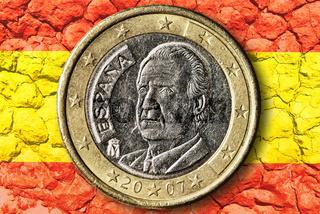 Spanischer Euro auf Spanienfahne mit Rissen