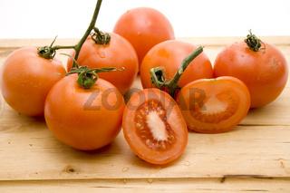 Tomaten auf Holzteller