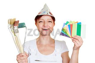Malerin mit Farbfächer und Pinseln