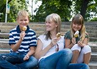 Familie mit Eis