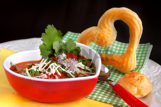 Tomatensuppe mit pikantem Brandteig-Käsegebäck