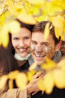 Paar hat Spaß im Herbst