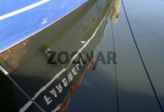 Schiffspiegelung am Hafen