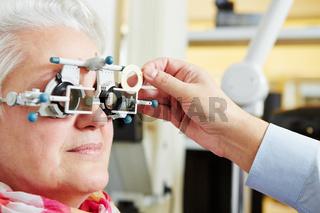 Seniorin mit Hornhautverkrümmung