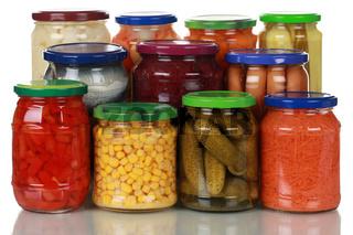Eingelegtes Gemüse in Gläsern