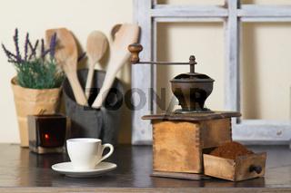 Kaffeemühle mit frisch gemahlenem Kaffee