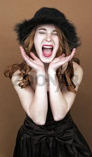Junge Frau schreiend vor braunem Hintergrund