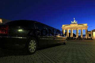Berlin - Brandenburger Tor with Stretch Limousine - Arm aber Sexy