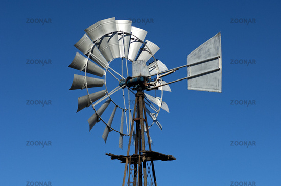 Mmulti-bladed wind pump with a weather vane