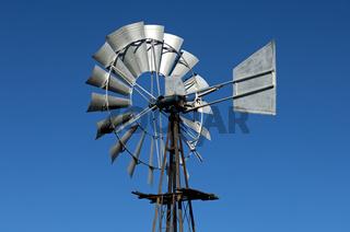 Vielflügeliges Windrad mit Windfahne einer Western-Windmühle zum Pumpen von Grundwasser