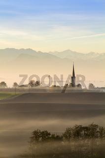 Sonnenaufgang über einem Dörfchen in Bayern