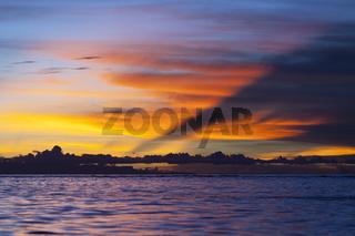 Sonnenuntergang in der Cenderawasih Bucht