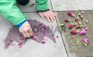 Kind malt Blume mit Blumen