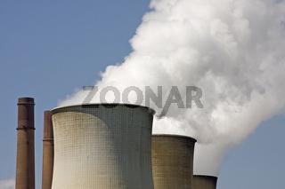 Rauchende Kühltürme des Kraftwerkes Weisweiler