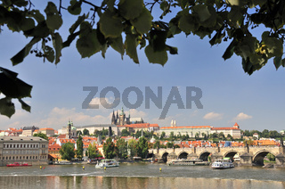 Karlsbrücke, Karluv Most, dahinter die Prager Burg auf dem Hradschin, Prag, Böhmen, Tschechien, Tschechische Republik, Europa