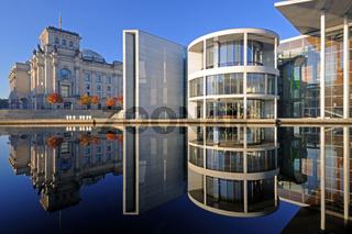 Reichstag und  Paul-Löbe-Haus  spiegeln sich im Herbst bei Sonne